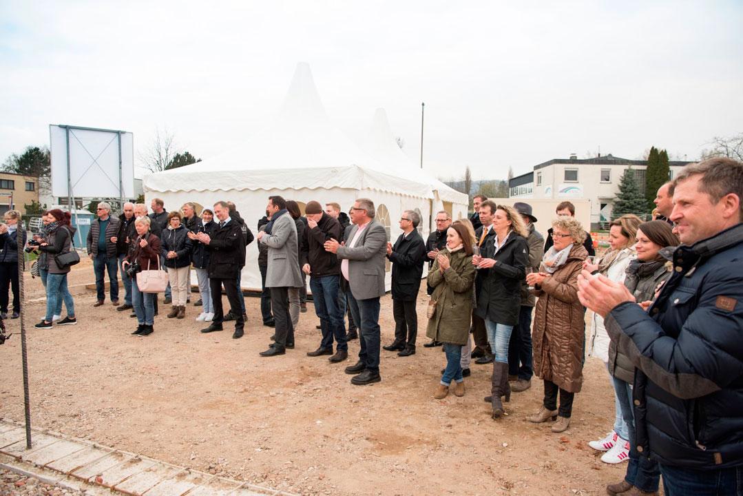 Die Gäste beglückwünschen die Bauherren zur erfolgreichen Grundsteinlegung