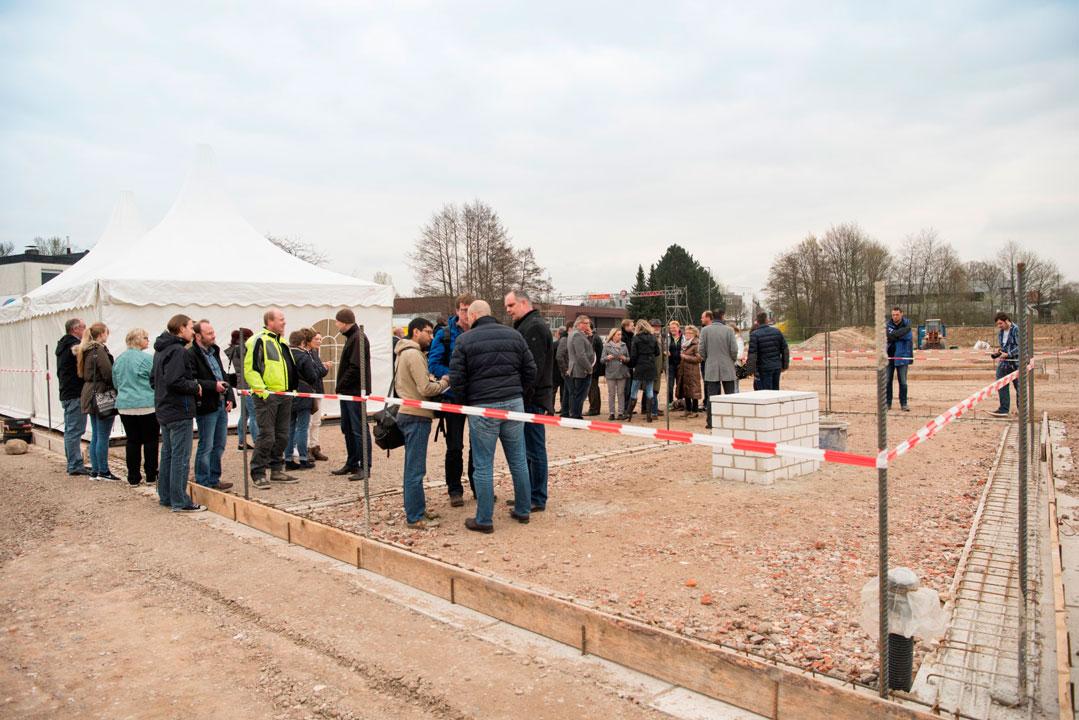 Ca. 60 Gäste kamen zur Grundsteinlegung am 08. April